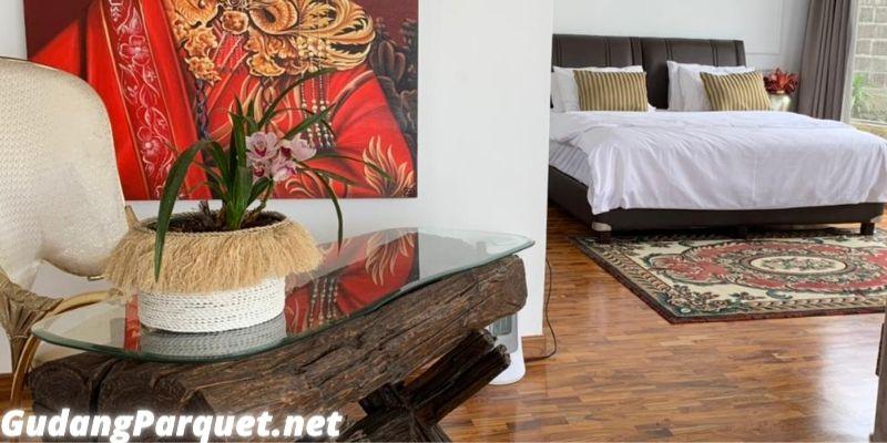 lantai kayu jati yang terpasang di ruang tengah