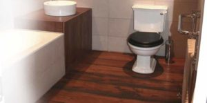 lantai kayu solid kamar mandi