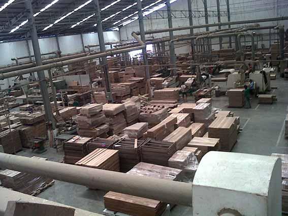 pusat lantai kayu