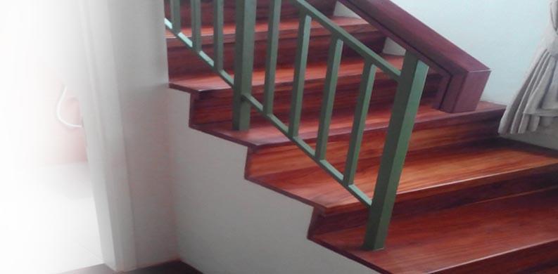 papan tangga kayu terpasang