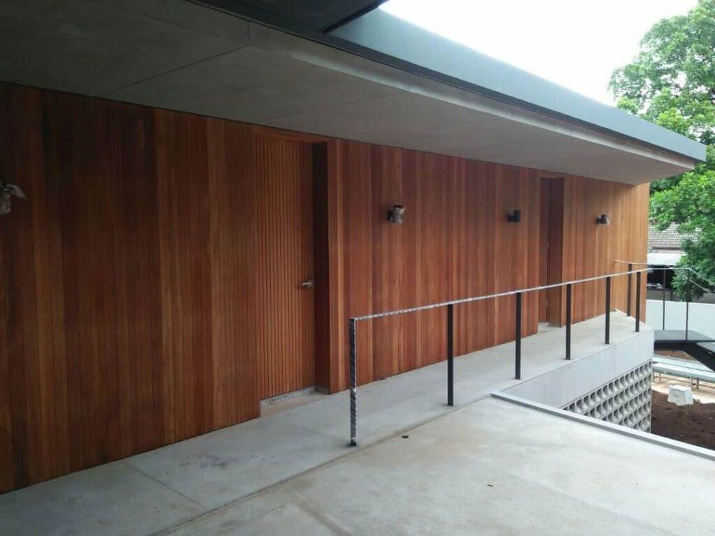 lambersering kayu di dinding